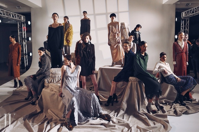 Isa Arfen이탈리아 출신의 디자이너 사라피나 사마(Serafina Sama)가 2011년 런던에서 론칭한 브랜드 이사 아르펜(Isa Arfen). 1950~70년대 미국 최상류층의 호화로운 바캉스 문화를 그대로 담아낸 사진가 슬림 애런즈(Slim Aarons)의 사진에서 영감을 얻어 시작된 이사 아르펜은 이탈리아 특유의 글래머러스하고 우아한 무드와 세련된 스타일링이 접목된 브랜드다.