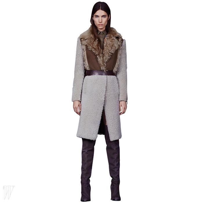 슬림한 실루엣이 포인트인 무통 코트.