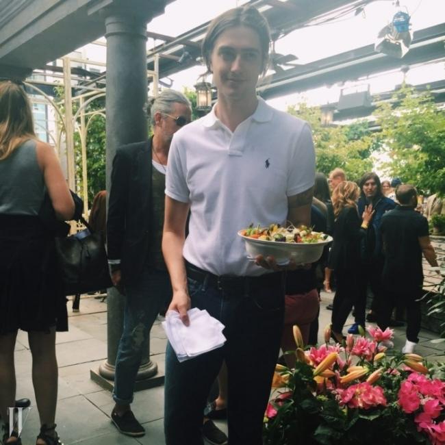 뉴욕의 힙한 루프탑 바 갈로우 그린에서 펼쳐진폴로 랄프로렌의 프레젠테이션 현장에는 폴로 피케 유니폼을 맞춰 입고 음식을 서빙하는 '귀요미'들이 지천에 널려있었다.