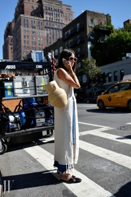 로지 애슐린의 스트로 백을 멘 뉴욕 거리의 쿨한 노마드, 나타샤 골든버그.