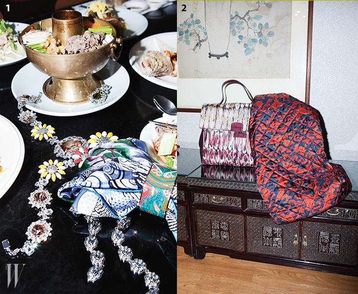 1 소나무 프린트가 인상적인 스카프, 사찰이 떠오르는 색 구성이 독특한 뱅글은에르메스 제품. 모두 가격 미정. 자개장이 연상되는 오브제가 알알이 연결된 귀고리는 구찌 제품.1백33만원. 노랑 꽃 모티프 메달과 담대한 주얼 메달이 어우러진 사랑스러운목걸이, 한쪽만 목걸이와 겹쳐진 붉은 꽃 모티프 귀고리, 신선로 그릇에 놓인 화려한귀고리는 미우미우 제품. 1백50만원대, 40만원대, 60만원대.2 섬세하게 덧대어진 깃털 장식이 멋진 토트백은 발렌티노 제품. 4백30만원대.동양적인 느낌이 물씬 풍기는 누비 드레스는 드리스 반 노튼 제품.1 백35만원.