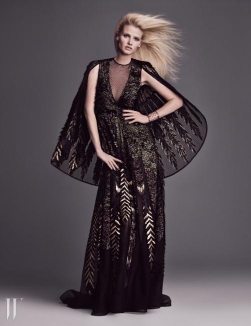발렌티노의 오트 쿠튀르 정신을드러내는 섬세한 빛깔의 깃털이 황홀한케이프 장식 롱 드레스는Valentino Haute Couture 제품.