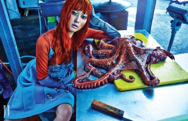 크리스털이 장식된 하늘색 네오프렌 드레스와 가죽 장갑은 Prada,주황색 루렉스 톱은 H&M Studio 제품.
