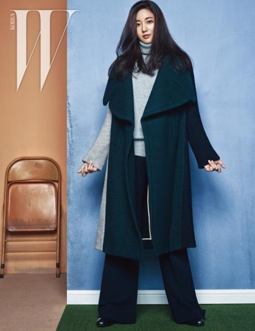 넓은 라펠 코트와 캐시미어 터틀넥 스웨터,신축성 좋은 울 소재 플레어 팬츠,앞코가 둥근 앵클부츠는 모두 Chloé 제품.