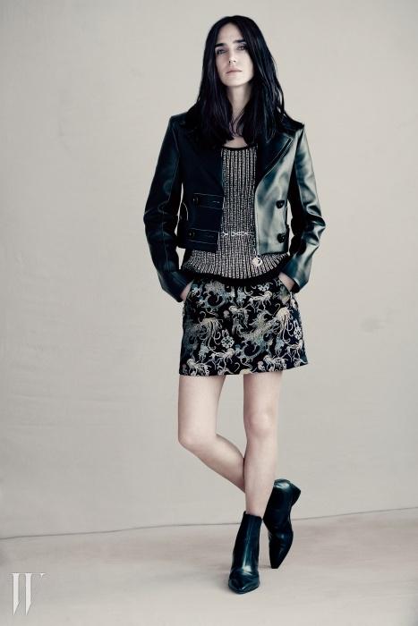 제니퍼 코넬리가 착용한가죽 재킷과 메탈릭한 톱,오리엔탈 무드의 미니스커트,메탈 체인 벨트, 앵클부츠는모두 루이 비통 제품.