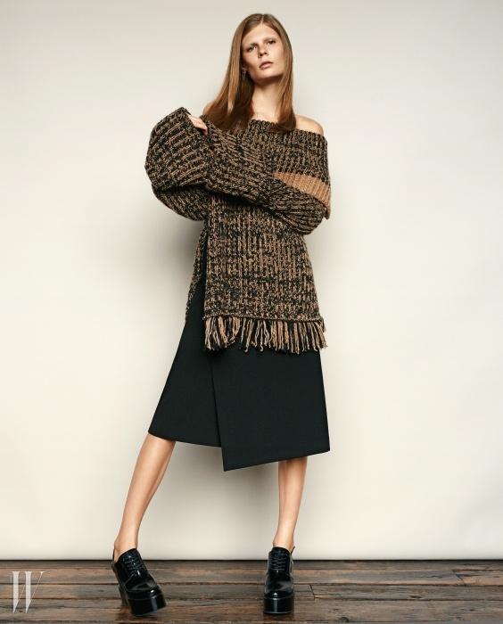 소매가 긴 오프 숄더니트 톱은 스포막스,랩 스커트는 마쥬,플랫폼 부티는 DKNY 제품.