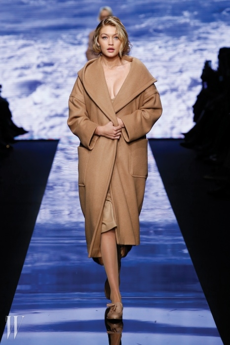 2015 F/W 런웨이에서'골로소 코트'를 입고 마릴린 먼로를 재현한 지지 하디드.