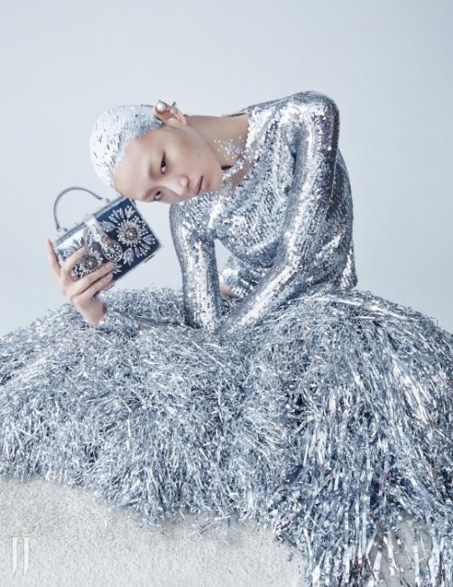 섬세한 실버 스팽글 톱은 Dior, 크리스털이 장식된사각 아크릴 백은Dolce & Gabbana,진주 이어링은모두 Balenciaga 제품.