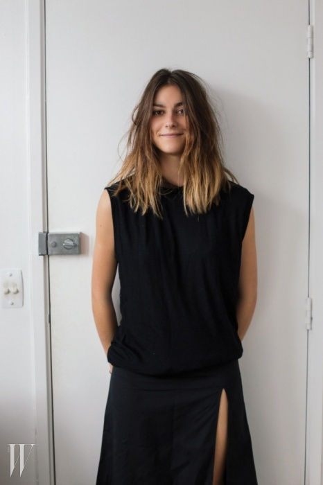 감성적인미니멀리스트우아하고 간결함의 미학을 지향하는여성들을 위한 뉴질랜드 브랜드조지아 앨리스(Georgia Alice).최근 인스타그램의 팔로어가 급격히 늘며홈페이지의 온라인 숍까지 갖춘 브랜드로성장했다. 그녀는 흰 셔츠와 데님 팬츠,블레이저처럼 베이식한 아이템을 쿨하고센슈얼하게 소화하는 방법을 제안한다.