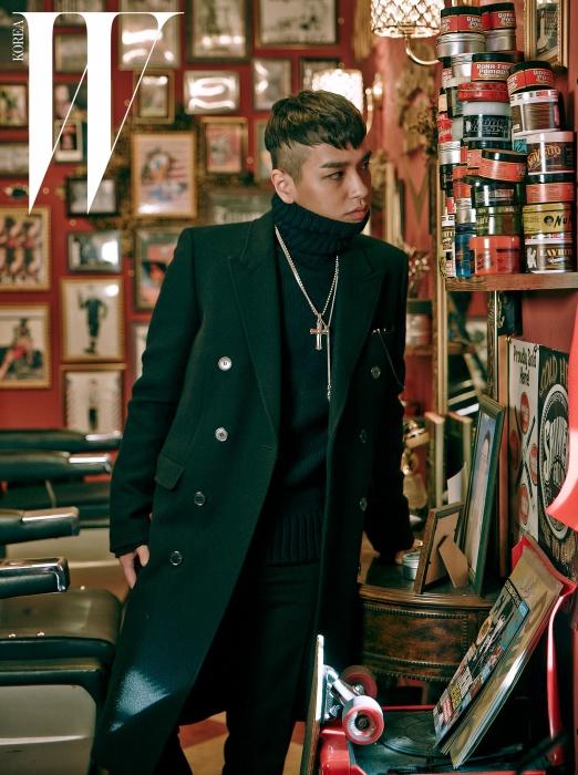 날 선 테일러링의 검정 더블 코트는Saint Laurent,니트 풀오버 스웨터는 Tom ford,십자가 목걸이와 조각적인펜던트 목걸이는 Rocking Ag 제품,팬츠는 본인 소장품.