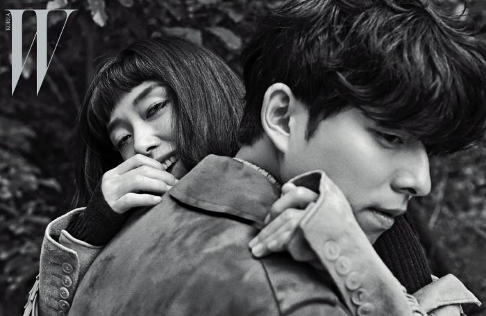 전도연이 착용한 프린지 장식의 스웨이드가죽 재킷은 Saint Laurent by Hedi Slimane,터틀넥 니트 톱은 Dolce & Gabbana 제품.공유가 착용한 브라운 트렌치코트는 Gucci