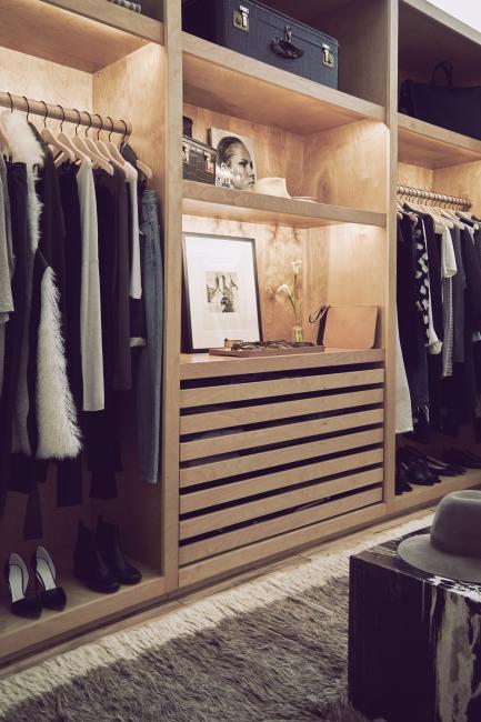 미니멀한 옷과 액세서리로 채워진 옷장.