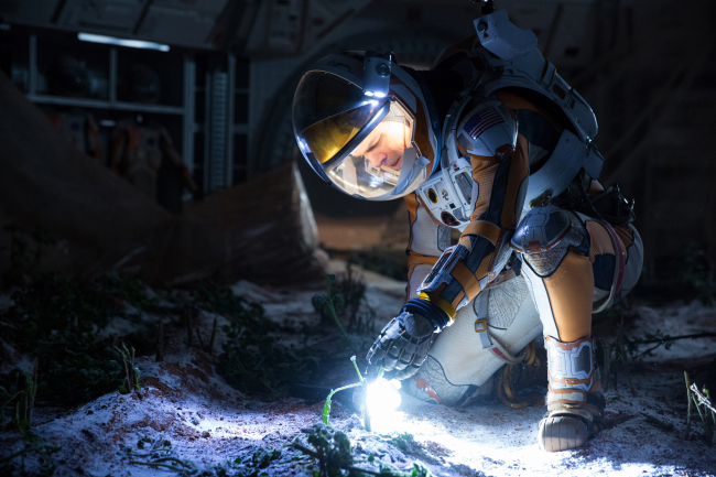 영화 에서 우주 비행사로 등장한 맷 데이먼.