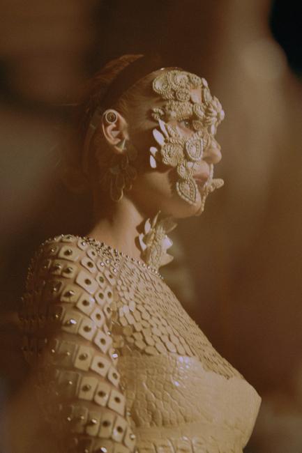 티시가 '쿠튀르 에센셜'이라고 명명한 지방시 by 리카르도 티시의 쿠튀르 컬렉션. 그로테스크한 페이스 장식과 가죽, 메탈, 레이스 소재를 오가는 섬세한 손길이 드라마틱한 룩을 완성했다