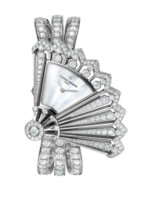 1. 1919년 선보인 부채 모티프의 펜던트 워치에서 영감을 받아 아르데코의 곡선미를 강조한 정교한 다이아몬드 세팅의 레죄흐 크레아티브 외흐 디스크레 워치는 바쉐론 콘스탄틴 제품.