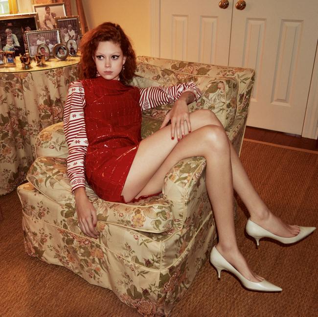 페이턴트 드레스는 Miu Miu, 가죽 펌프스는 Nina Ricci 제품.