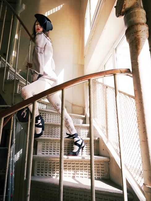 카미유의 감각적인 스타일링과 과감한 포즈, 올림티아 르탱의 바로크적인 의상이 조화를 이룬 룩북.