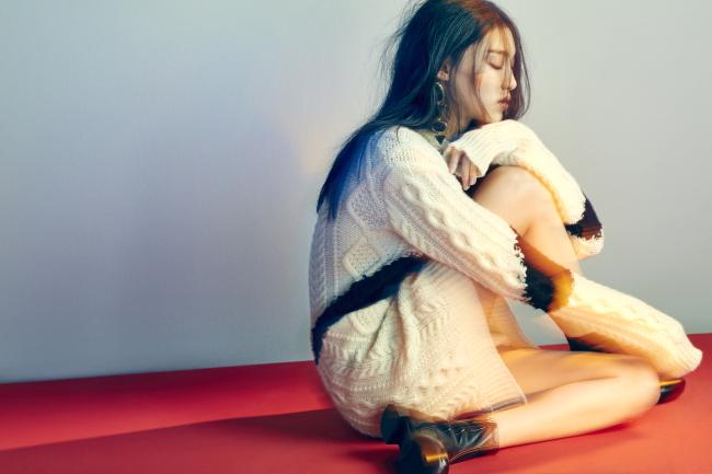 3. 다양한 짜임을 적용한 디자인이 돋보이는 박시한 니트 스웨터는발렌티노 제품. 2백90만원. 길게 늘어지는1980년대 무드의 귀고리는 H&M 제품. 1만9천원.레드 스티치가 특징인 앵클부츠는 디올 제품. 가격 미정.