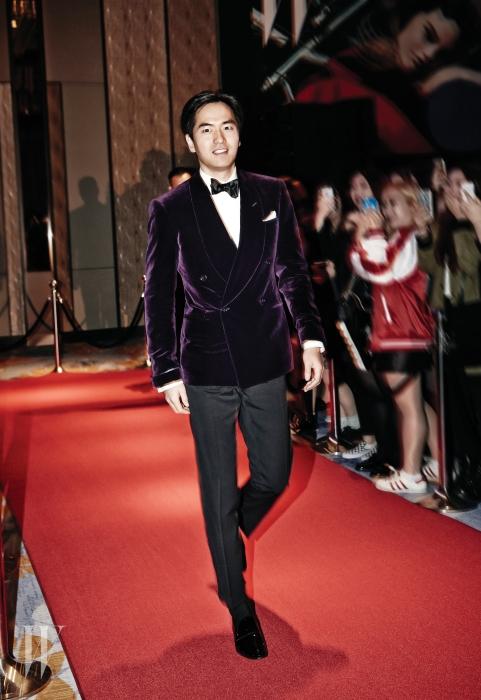 깊은 와인색의 벨벳 턱시도는 Ralph Lauren Purple Lable 제품.