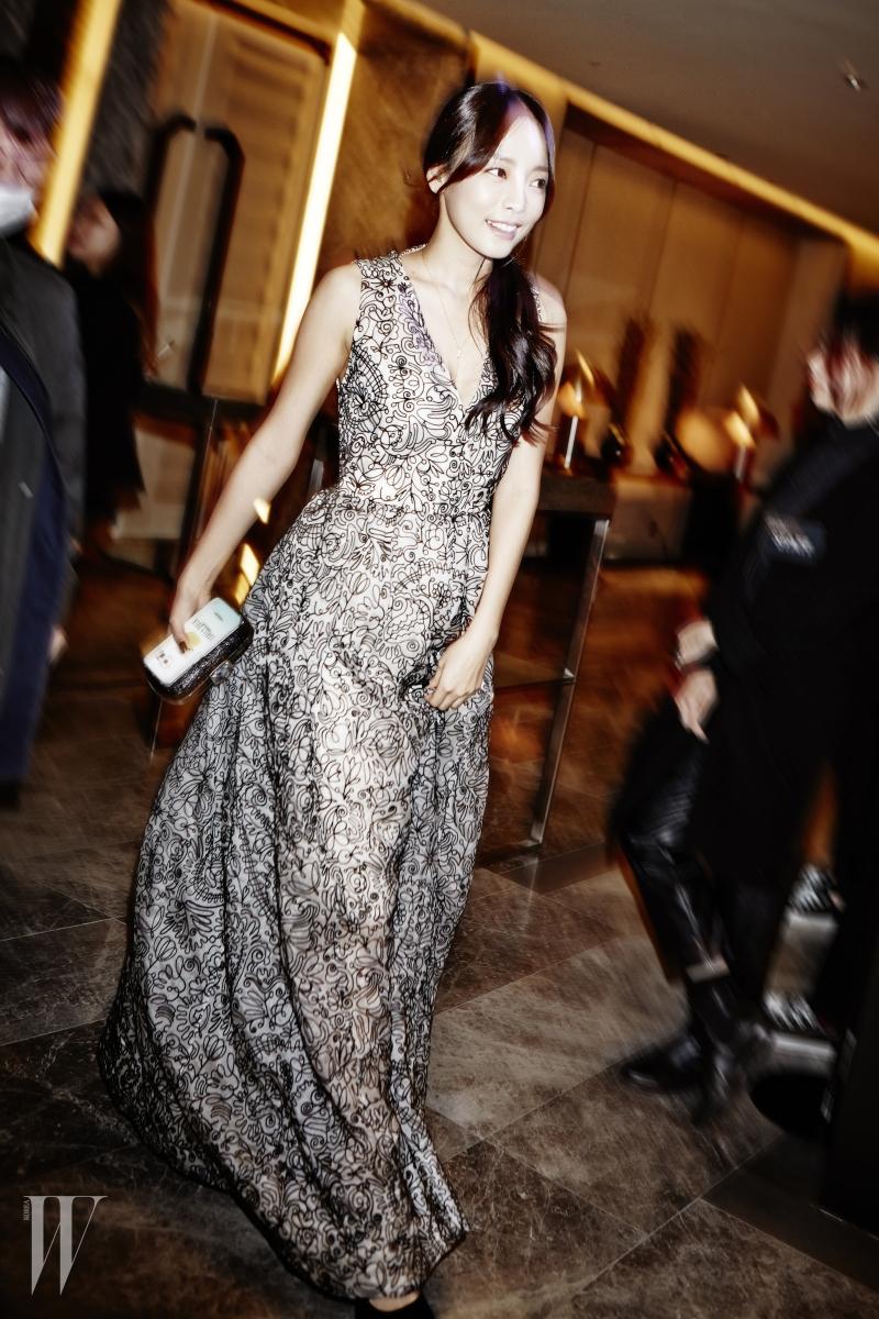 그녀를 위해 특별히 뉴욕에서 공수된 풍성한 볼륨감의 드레스는 Tory Burch 제품.