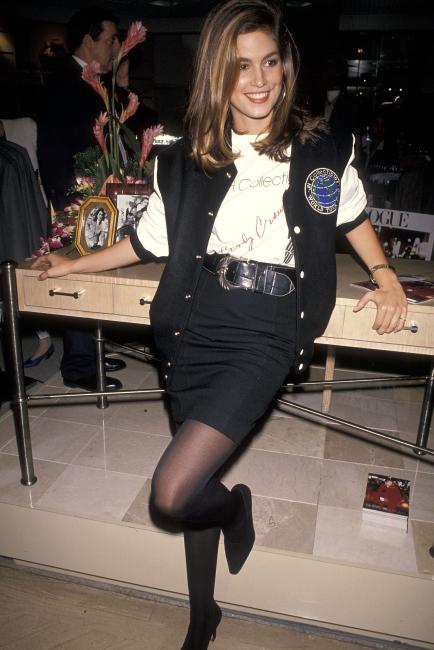 평소 스타일링 센스도 남 달랐던 신디 크로포드. 1990년 찍힌 사진 속 그녀의 스타일링은 지금 봐도 따라 입고 싶을 만큼 세련됐다. 프린트 티셔츠와 펜슬 스커트, 베이스볼 점퍼, 그리고 스틸레토 힐의 멋진 믹스 매치! 올해 다시 유행 중인 링 귀고리와 넓은 벨트로 긴장감 넘치는 포인트를 준 부분도 눈 여겨 볼 것.