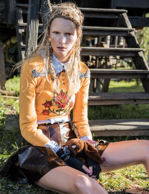 정교한 자수와 주얼 장식의 노란색 스웨터, 프릴 장식 블라우스, 갈색 가죽 스커트는 모두 Gucci 제품. 장갑과 팔찌는 스타일리스트 소장품.