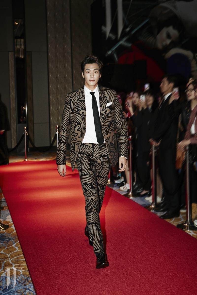 김영광이 멋지게 소화한 강렬한 프린트 슈트는 Louis Vuitton 제품.