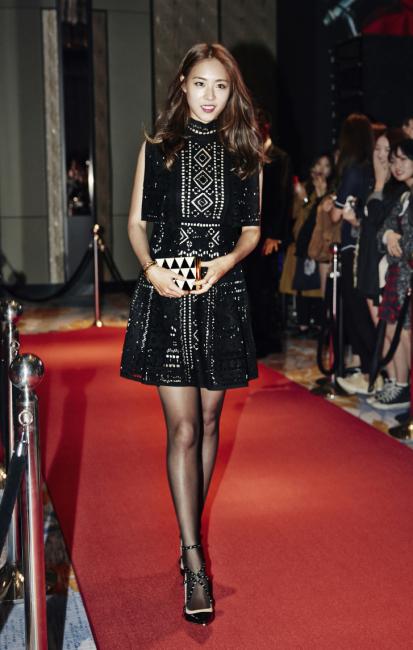 아일릿 장식 드레스와 사각 클러치, 스터드 스트랩 힐은 모두 Valentino 제품.