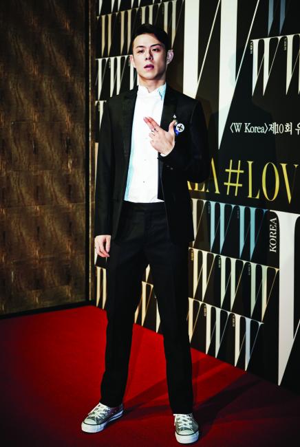 화이트 셔츠와 턱시도 슈트는 모두 Dior Homme 제품.