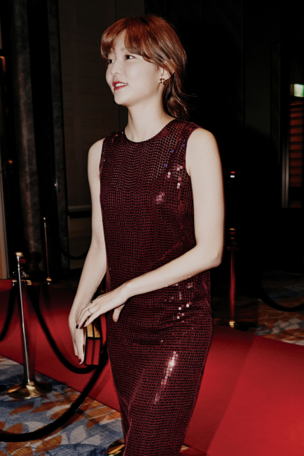 화려하게 반짝이는 스팽글 장식 드레스는 DKNY 제품.
