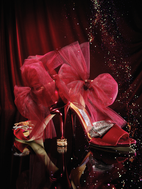 왼쪽부터 | 잊지 못할 순간을 영원히 기억하기 위해 손가락에 묶은 리본에서 영감을 받은 18K 로즈 골드와 화이트 골드 소재의 보 커프는 둘 다 Tiffany & Co., 발목에 매어 연출하는 큼직한 보 장식이 매혹적인 강렬한 붉은색 벨벳과 샤 소재의 이브닝 힐은 Jimmy Choo, 1947년 봄/여름 시즌 디올 오트 쿠튀르 컬렉션 중 코롤 라인의 바 앙상블, 즉 슈트의 잘록한 라인과 스커트의 러플을 핑크 골드에 다이아몬드 세팅을 더한 여성스러운 실루엣으로 재해석한 아쉬 디올 바 엥 코롤 반지는 Dior Fine Jewelry, 디올 오트 쿠튀르의 벨기에 드레스가 지닌 우아한 튤을 화이트 골드에 다이아몬드를 수놓듯 눈부시고도 대담하게 표현한 아쉬 디올 리브르 플륌티 팔찌는 Dior Fine Jewelry 제품.