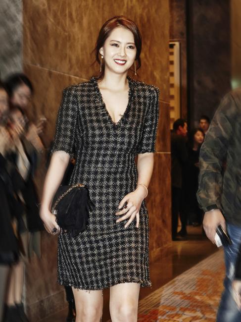 은은한 광택의 브이넥 체크 드레스는 Sonia Rykiel 제품.