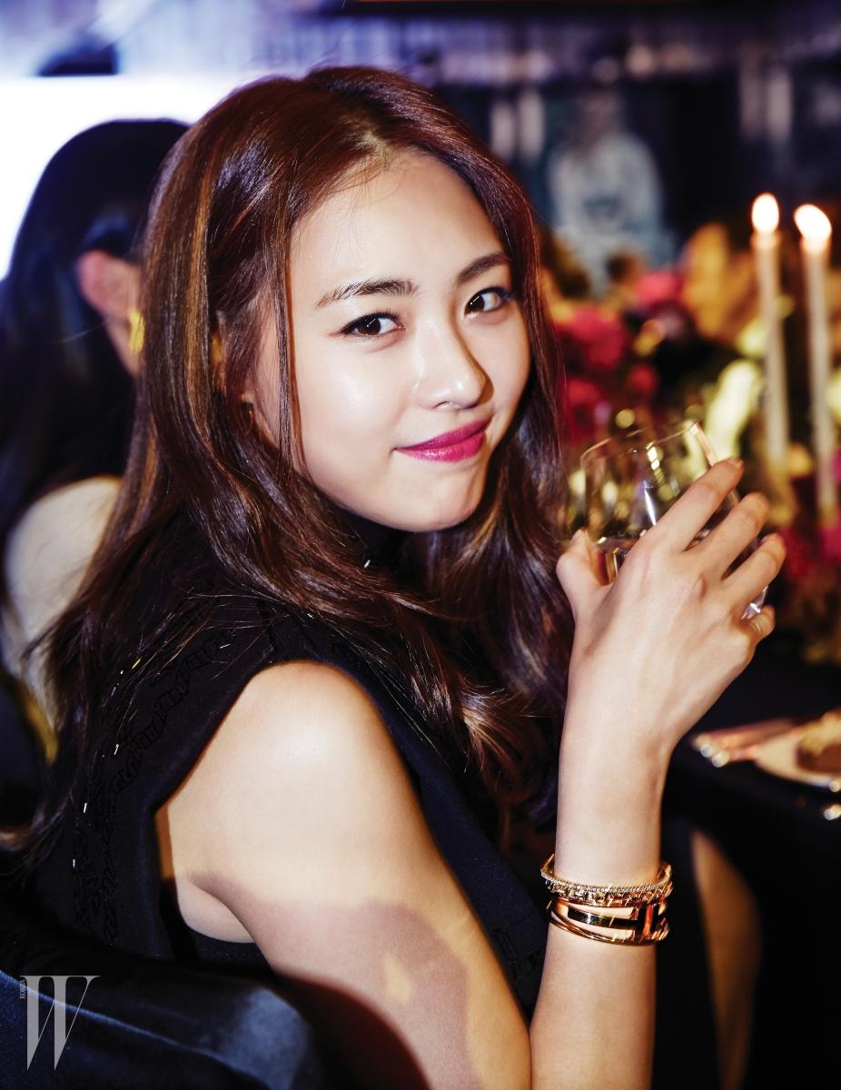 배우 이연희가 착용한 주얼리는 뉴욕의 수직적인 풍경에서 영감을 받은 티파니 티 컬렉션으로 18K 옐로 골드 소재에 다이아몬드를 세팅한 와이어 브레이슬릿, 내로우 와이어 브레이슬릿, 체인 브레이슬릿 모두 Tiffany & Co. 제품.