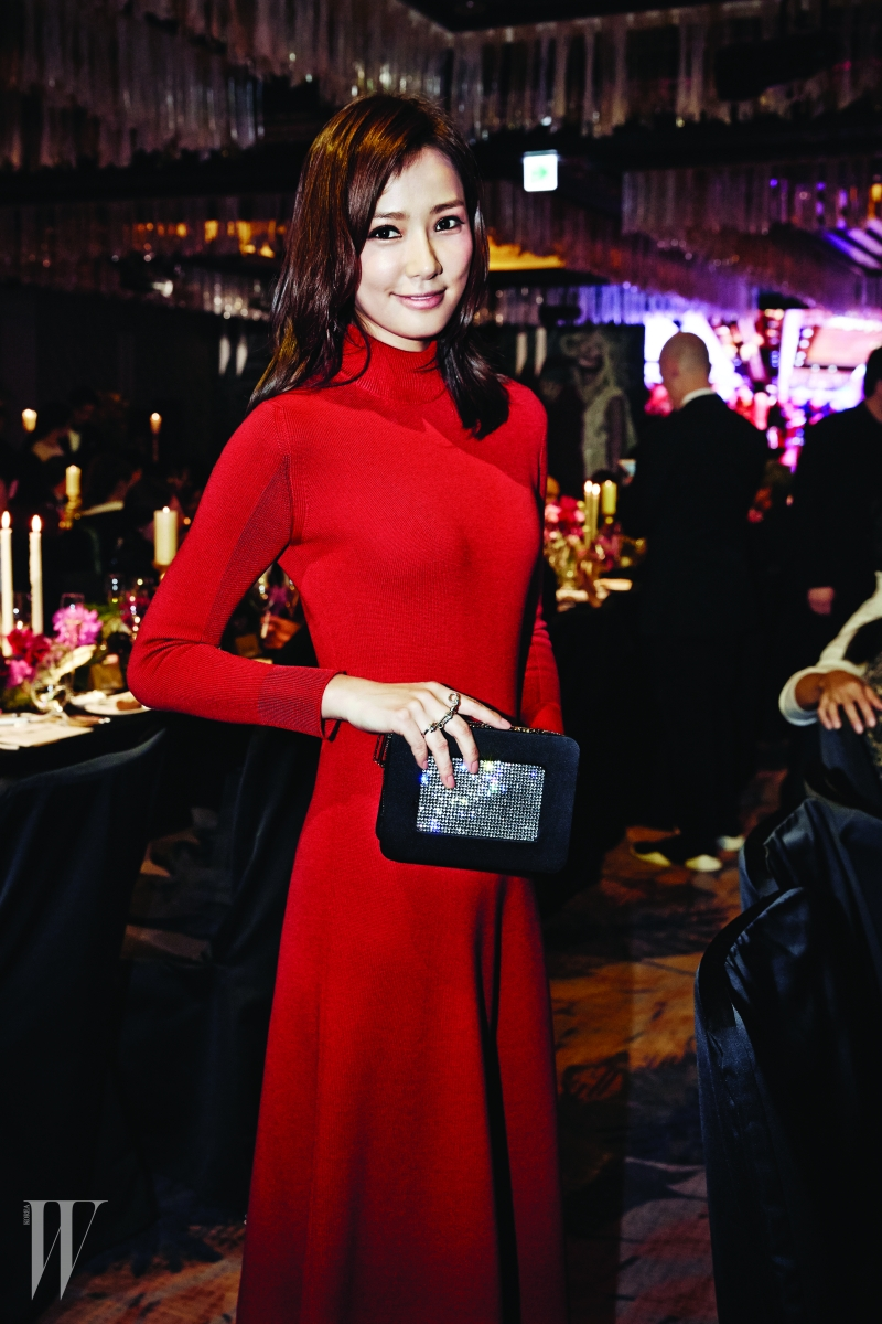 어둑한 파티장에서도 유난히 미모가 돋보였던 배우 손태영의 크리스털이 섬세하게 세팅된 클러치는 Roger VIvier 제품.