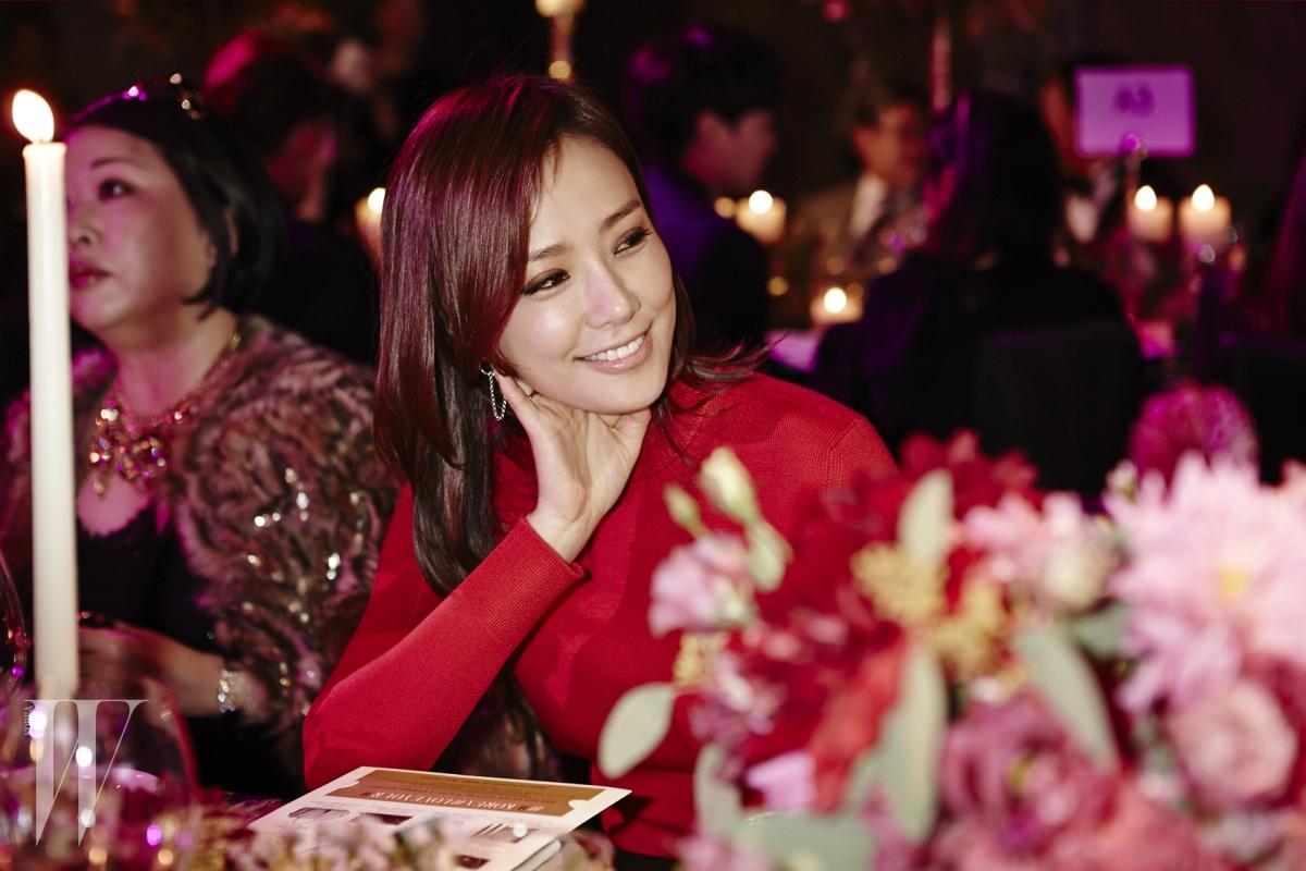 강렬한 붉은색의 롱 드레스와 실버 주얼리는 모두 Hermès 제품.