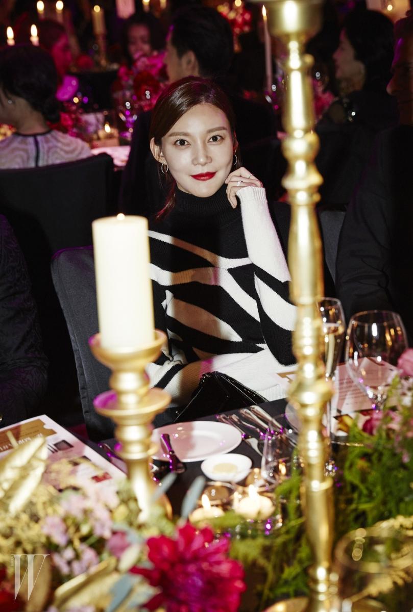 화이트 골드 소재에 다이아몬드를 세팅한 티파니 티 컬렉션, 와이어 후프 귀고리는 Tiffany & Co. 제품.