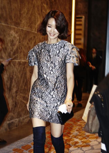 실루엣이 독특한 메탈릭한 브로케이드 소재 드레스는 CH Carolina Herrera 제품.