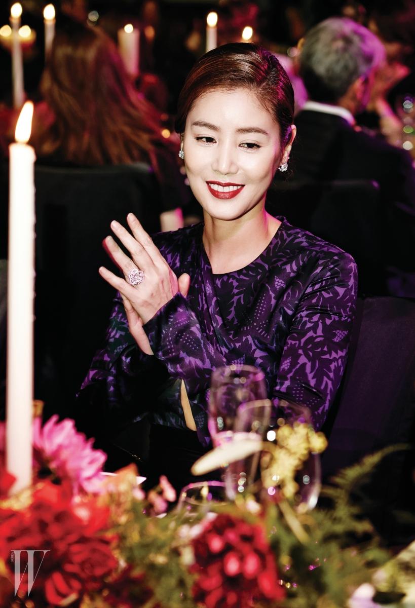 배우 김성령이 착용한 18K 화이트 골드에 178개 브릴리언트 컷 다이아몬드를 세팅한 로즈 귀고리와 피어나는 장미의 관능적인 소용돌이를 표현한 로즈 반지는 모두 Piaget 제품.