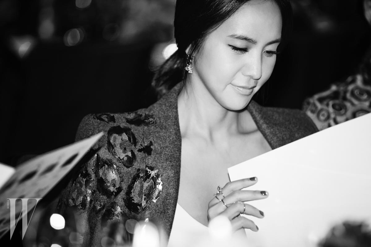 자선기금 모금을 위한 옥션 카달로그를 살펴보는 방송인 박지윤.