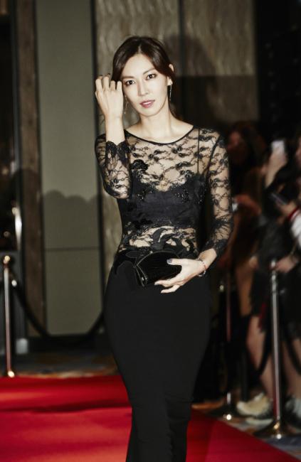 관능적인 시스루 레이스 드레스는 DVF 제품.