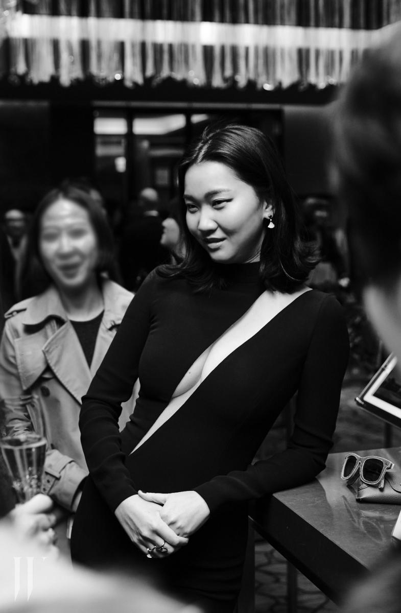 과감한 커팅이 돋보이는 점프슈트는 Versace 제품.