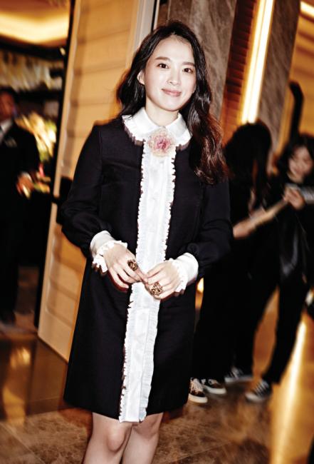 로맨틱한 레이스 장식 드레스와 핑크색 코르사주, 호랑이 모티프 반지는 모두 Gucci 제품.
