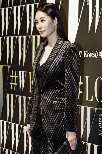 부드러운 인상을 남긴 문소리의 벨벳 소재 슈트는 Sonia Rykiel, 18K 화이트 골드 소재에 30개의 브릴리언트 컷 다이아몬드가 세팅된 포제션 펜던트 목걸이는 Piaget, 악어가죽 덮개의 회색 클러치는 Colombo 제품.