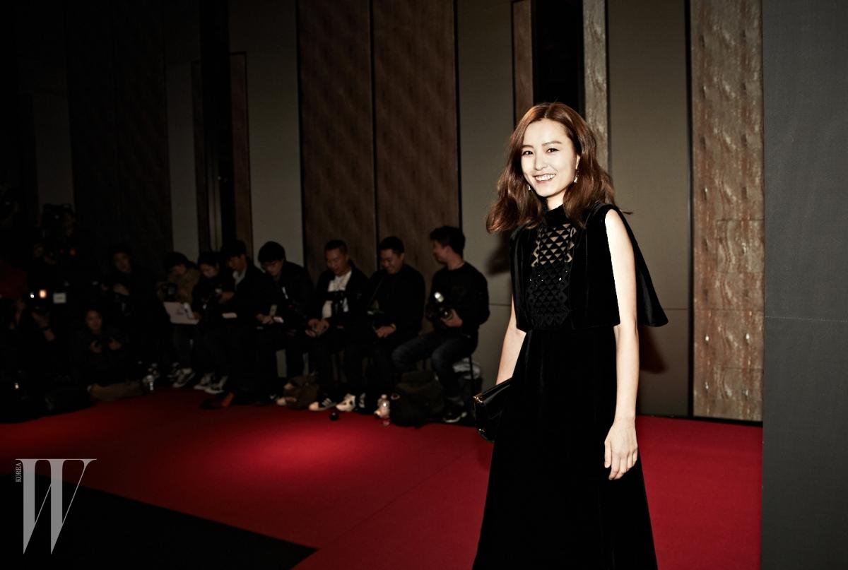 넓은 슬리브가 돋보이는 드레스는 Valentino, 주얼 버클 장식으로 포인트를 준 클러치는 Roger Vivier, 부채 모티프의 디바 컬렉션 귀고리는 Bulgari 제품.