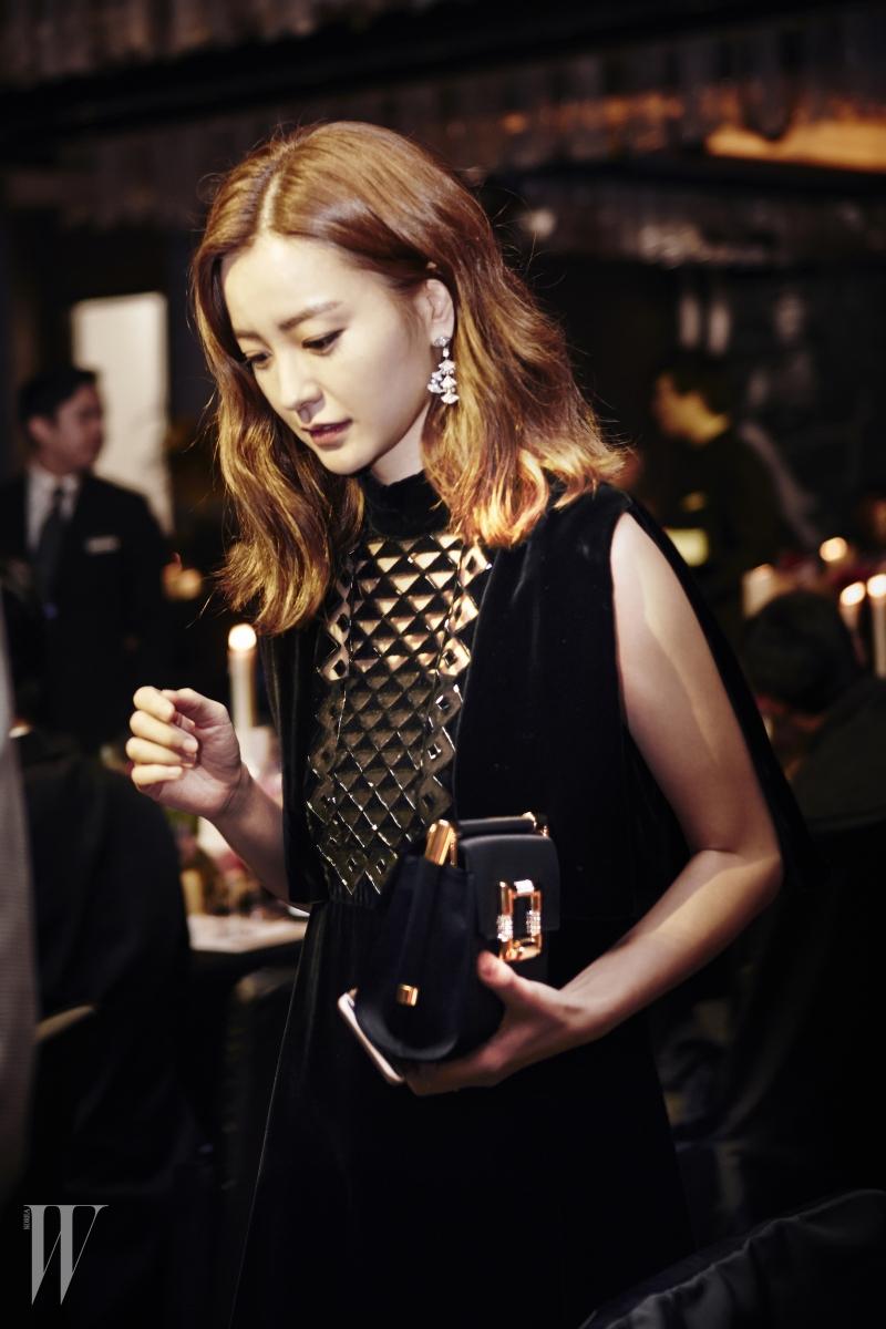 배우 정유미의 주얼리는 관능적인 여성성을 강조한 디바 컬렉션 귀고리로 Bulgari 제품.