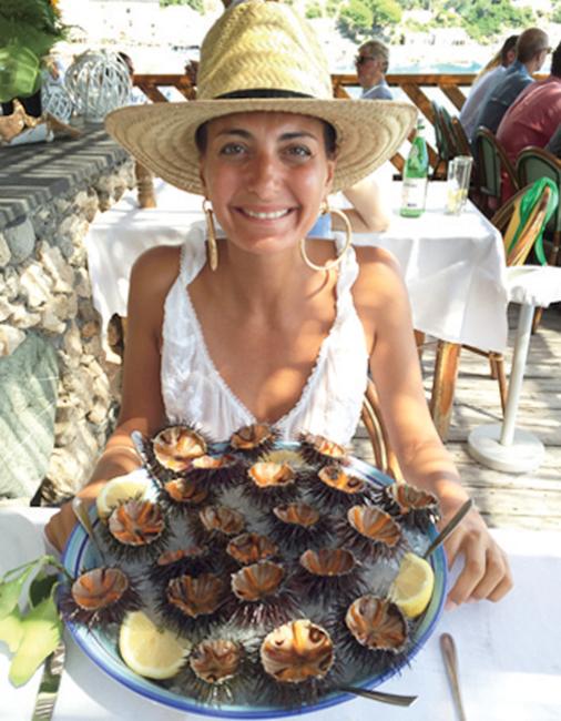"""""""저는 바다 속에 있거나 바다 속의 다양한 해물을 먹을 때가 가장 행복해요! 그리스에선 남자친구 오스카와 함께 파트모스 섬 근처의 작은 돌섬까지 수영해 가서 그 섬에 올랐어요. 그런 다음 이탈리아 네라노의 로 스콜리오(Lo Scoglio)라는 레스토랑에서 갓 잡은 싱싱한 성게를 먹는 사치를 마음껏 누렸죠. 천국이 따로 없었어요."""""""