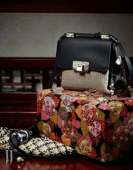 왼쪽부터 | 가죽 위빙이 돋보이는 버클 장식 플랫 슈즈는 Celine, 진주 장식 가죽 팔찌는 Dior, 가죽과 스트로 소재가 믹스 매치된 백은 Balenciaga, 장식적인 금빛 메탈 커프는 Balenciaga, 체인 장식에 진주를 달아 흐드러지게 연출한 우아한 선글라스는 Chanel 제품.