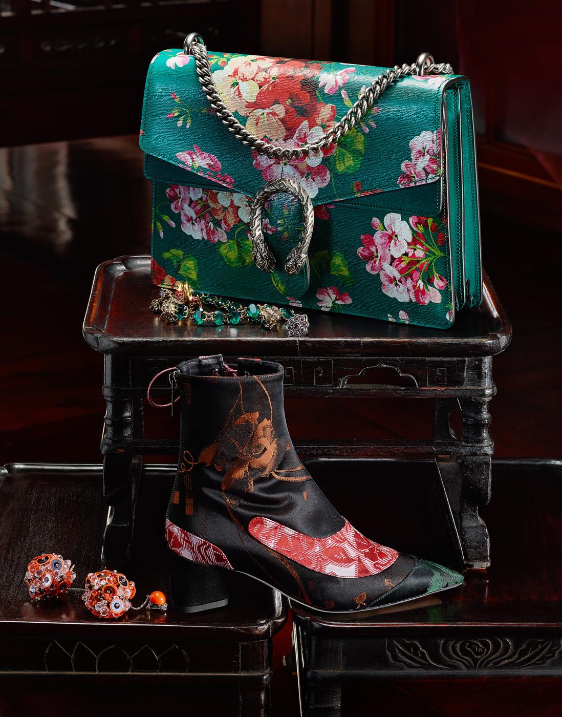 위부터 | 유화를 보는 듯한 서정적인 꽃 프린트가 인상적인 백과 앤티크한 메탈 주얼리는 모두 Gucci, 자카드 소재의 패치워크가 동양적인 무드를 자아내는 레이스업 부츠는 Dior, 스팽글 장식의 붉은색 드롭형 귀고리는 Prada 제품.