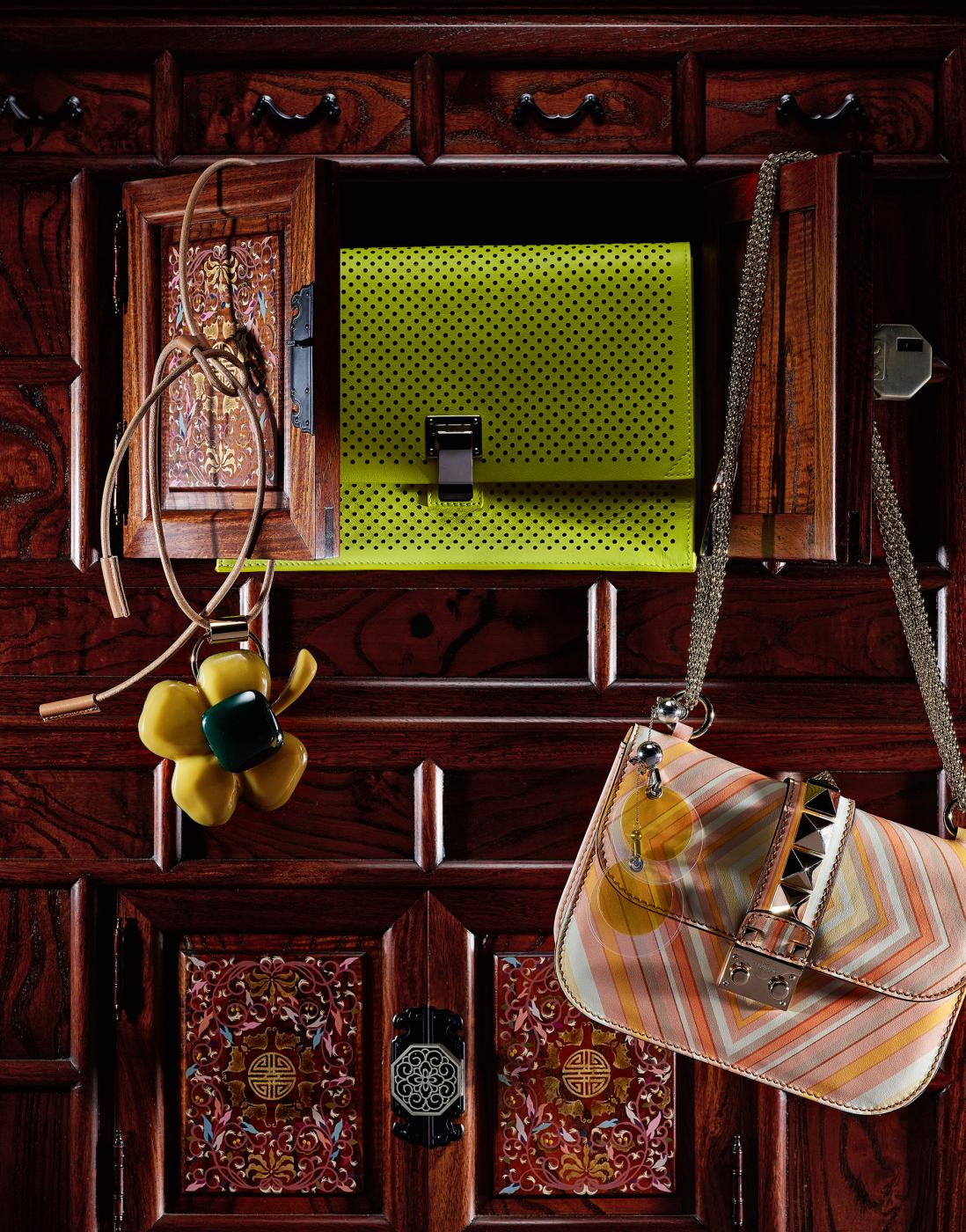 왼쪽부터 | 대담한 꽃 펜던트와 가죽 줄의 매치가 인상적인 목걸이는 Marni, 메시 소재를 연상시키는 펀칭 장식의 가죽 소재 네온색 클러치는 Proenza Schouler, 감미로운 컬러 팔레트의 그래픽이 돋보이는 백은 Valentino, 화사한 노란색의 원형 귀고리는 Prada 제품.