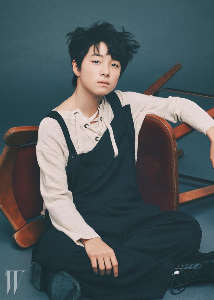 페전트풍의 끈 장식 톱은 SJSJ, 검정 오버올 팬츠는 요지 야마모토, 검은색 페이턴트 워커는 생로랑 제품.